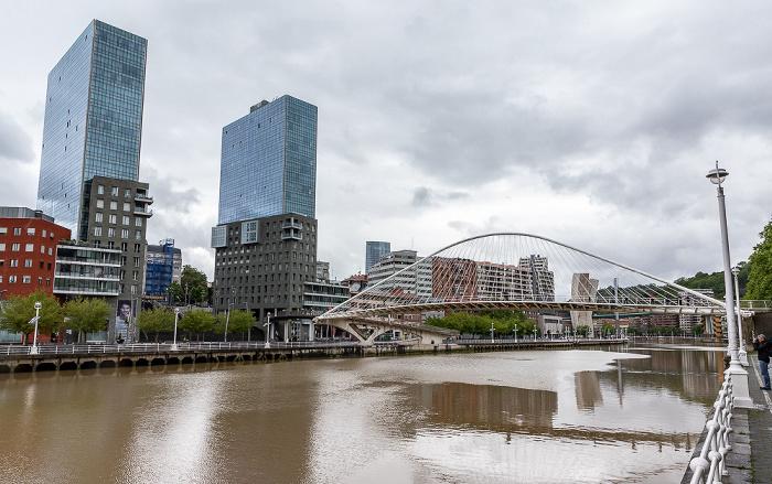 Abando mit den Torres Isozaki (Isozaki Atea), Ría de Bilbao mit der Zubizuri (Puente Blanco), Uríbarri