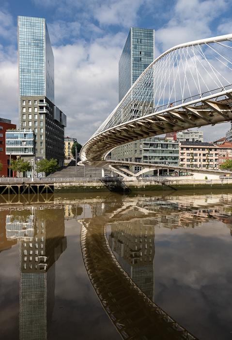 Ría de Bilbao, Zubizuri (Puente Blanco), Abando mit Torres Isozaki (Isozaki Atea) Bilbao
