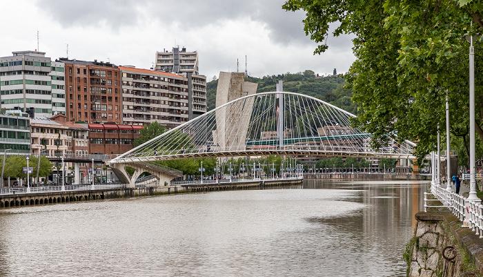 Abando, Ría de Bilbao mit der Zubizuri (Puente Blanco), Uríbarri Torre de La Salve