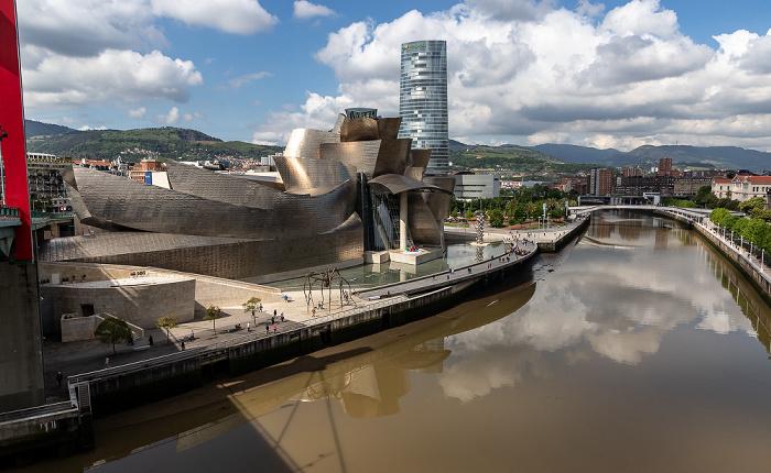 Blick von der Puente de La Salve: Abando mit dem Guggenheim-Museum Bilbao und dem Torre Iberdrola Bilbao