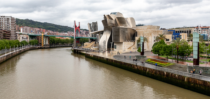Blick von der Pasarela Pedro Arrupe: Uríbarri, Ría de Bilbao, Puente de La Salve, Abando mit dem Guggenheim-Museum Bilbao Bilbao