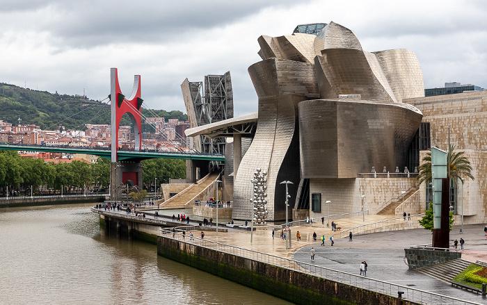 Blick von der Pasarela Pedro Arrupe: Ría de Bilbao, Puente de La Salve, Torre de La Salve, Guggenheim-Museum Bilbao Bilbao