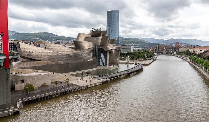 Blick von der Puente de La Salve: Abando mit Guggenheim-Museum Bilbao und Torre Iberdrola, Ría de Bilbao Bilbao