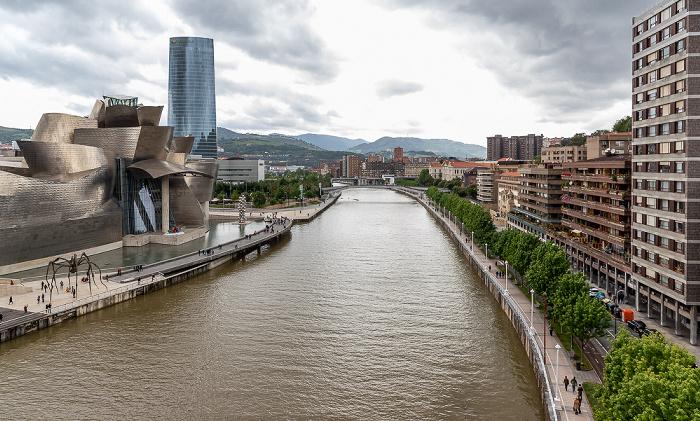 Blick von der Puente de La Salve: Abando mit Guggenheim-Museum Bilbao und Torre Iberdrola, Ría de Bilbao, Uríbarri Bilbao