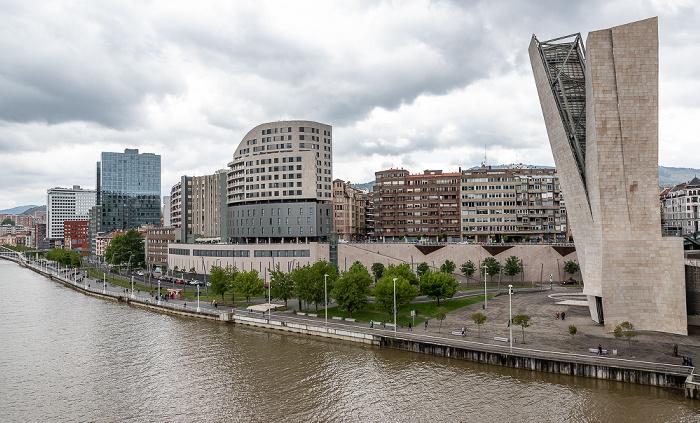 Blick von der Puente de La Salve: Ría de Bilbao, Abando mit dem Campa de los Ingleses  Bilbao