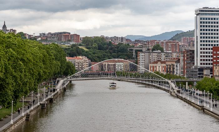 Blick von der Puente de La Salve: Uríbarri, Ría de Bilbao mit der  Zubizuri (Puente Blanco), Abando Bilbao