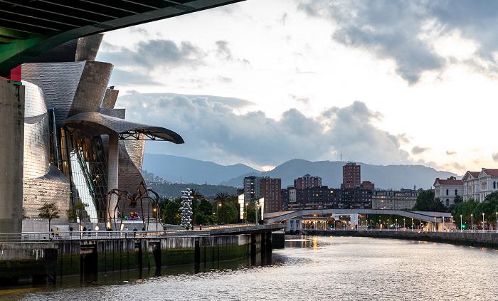 Abando mit Guggenheim-Museum Bilbao, Ría de Bilbao mit Pasarela Pedro Arrupe, Uríbarri Bilbao