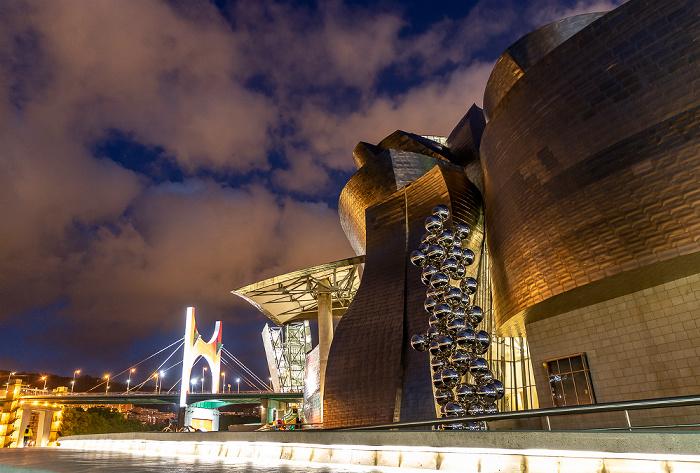Guggenheim-Museum Bilbao mit dem Tall Tree and the Eye (von Anish Kapoor) Bilbao