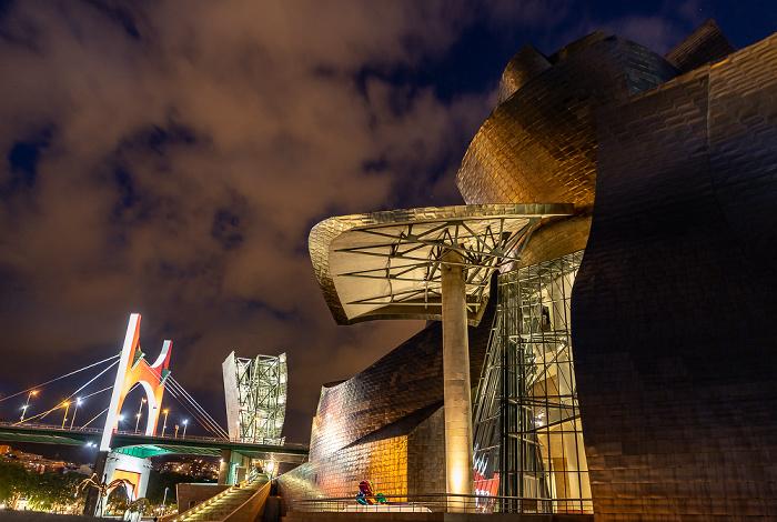 Guggenheim-Museum Bilbao mit den Tulipanes (von Jeff Koons) (Mitte unten) Puente de La Salve Torre de La Salve