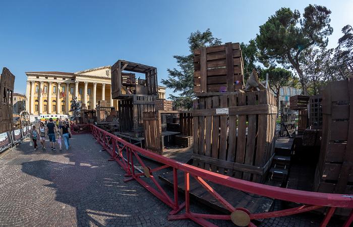 Verona Centro Storico (Altstadt): Piazza Bra, Requisiten für Operaufführungen Palazzo Barbieri