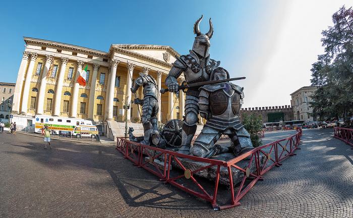 Centro Storico (Altstadt): Piazza Bra, Requisiten für Operaufführungen Verona