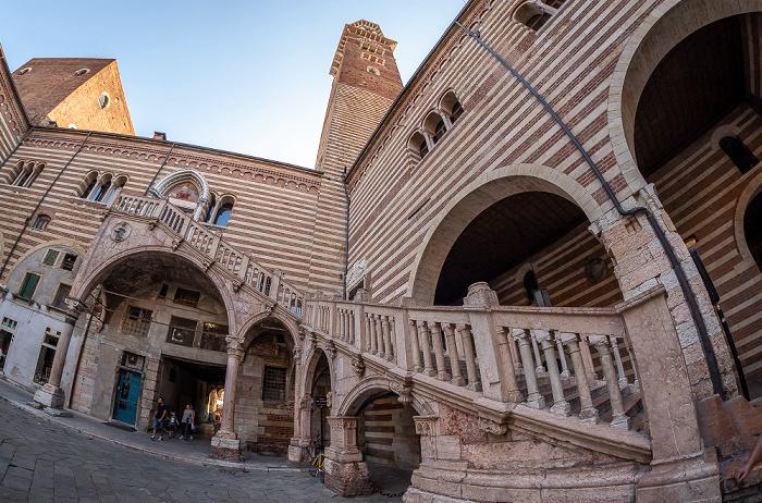 Centro Storico (Altstadt): Cortile del Mercato Vecchio, Palazzo della Ragione, Torre dei Lamberti Verona