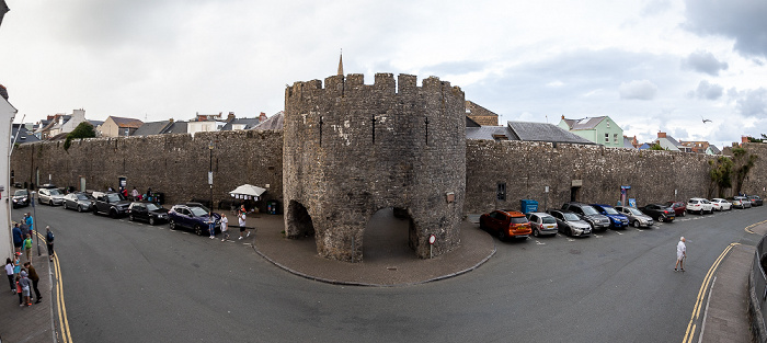 Blick aus dem Saint Teresa's Hotel: South Parade, Tenby Town Walls mit dem Five Arches Gate