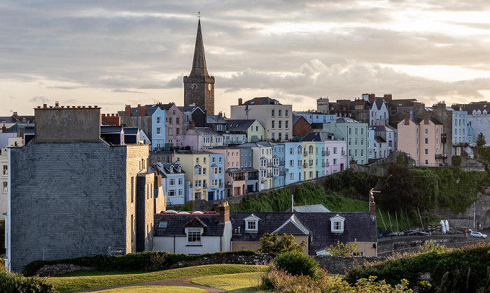 Tenby Blick von Castle Hill: Crackwell Street, St Mary's Church