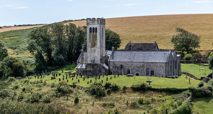 Blick von Manorbier Castle: St James's Church