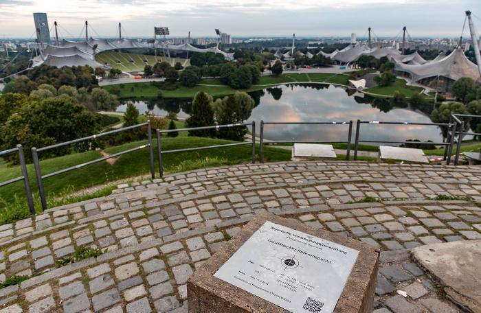 Olympiapark: Ollympiaberg mit geodätischem Referenzpunkt München