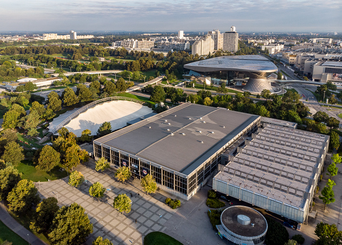 Olympiapark: Willi-Daume-Platz, SoccaFive Arena und Olympia-Eissportzentrum München