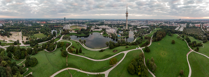 Olympiapark mit Olympiaberg, Olympiasee, Olympiastadion, Olympiahalle, Olympiaschwimmhalle und Olympiaturm München