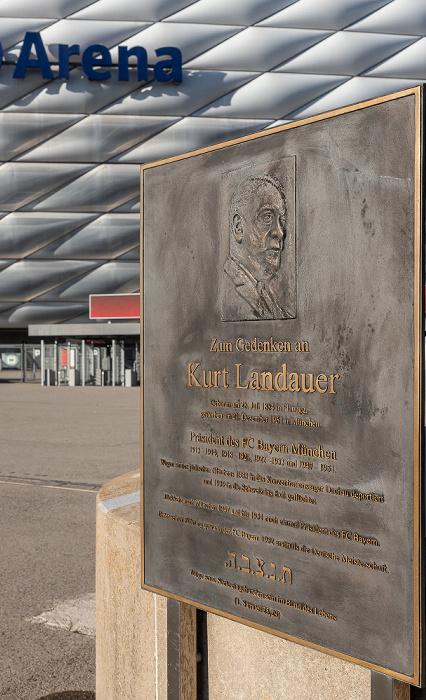 Kurt-Landauer-Gedenktafel vor der Allianz Arena München