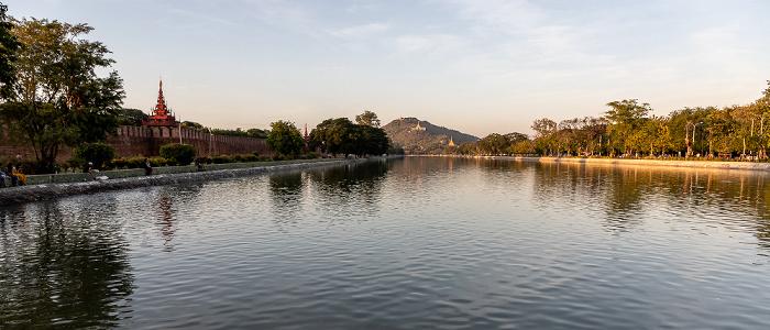 Blick von der East Moat Bridge: Mandalay Palace Mandalay Hill