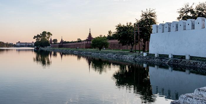Blick von der East Moat Bridge: Mandalay Palace