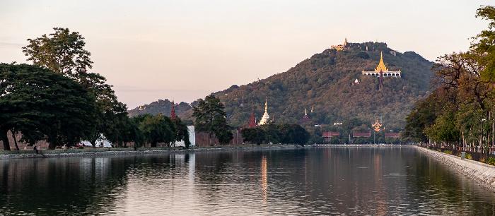 Blick von der East Moat Bridge: Mandalay Hill