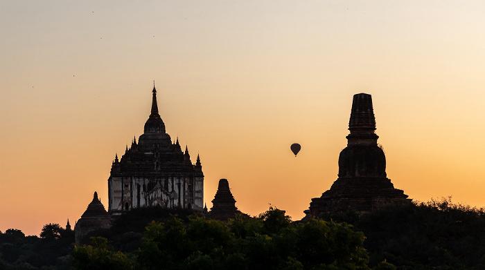 Bagan Heißluftballon, Thatbinnyu-Tempel (links), Pahto Tha Mya Pagode