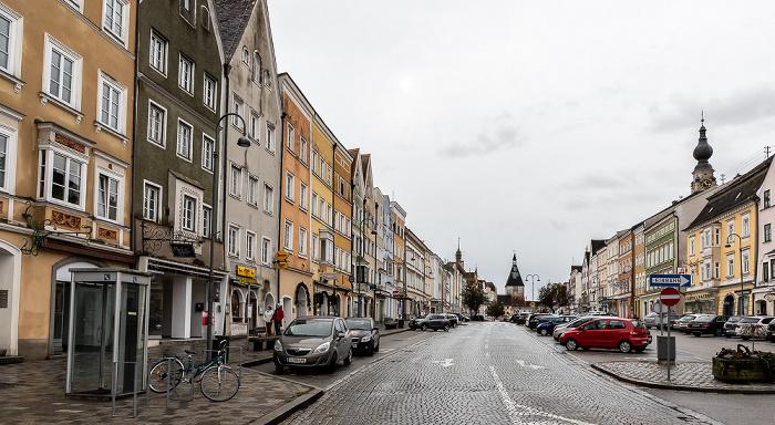 Braunau am Inn Stadtplatz Stadtpfarrkirche St. Stephan Stadttorturm