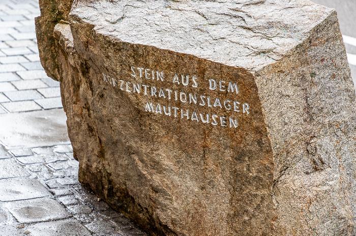 Braunau am Inn Salzburger Vorstadt: Mahnstein vor dem Geburtshaus Adolf Hitlers