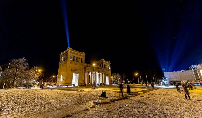 Lichtaktion Kunstareal: Königsplatz mit Propyläen München