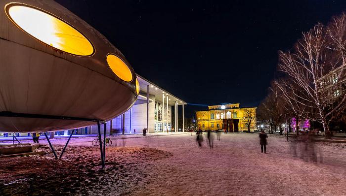 Lichtaktion Kunstareal (v.l.): Futuro-Haus (von Matti Suuronen), Pinakothek der Moderne, Alte Pinakothek München